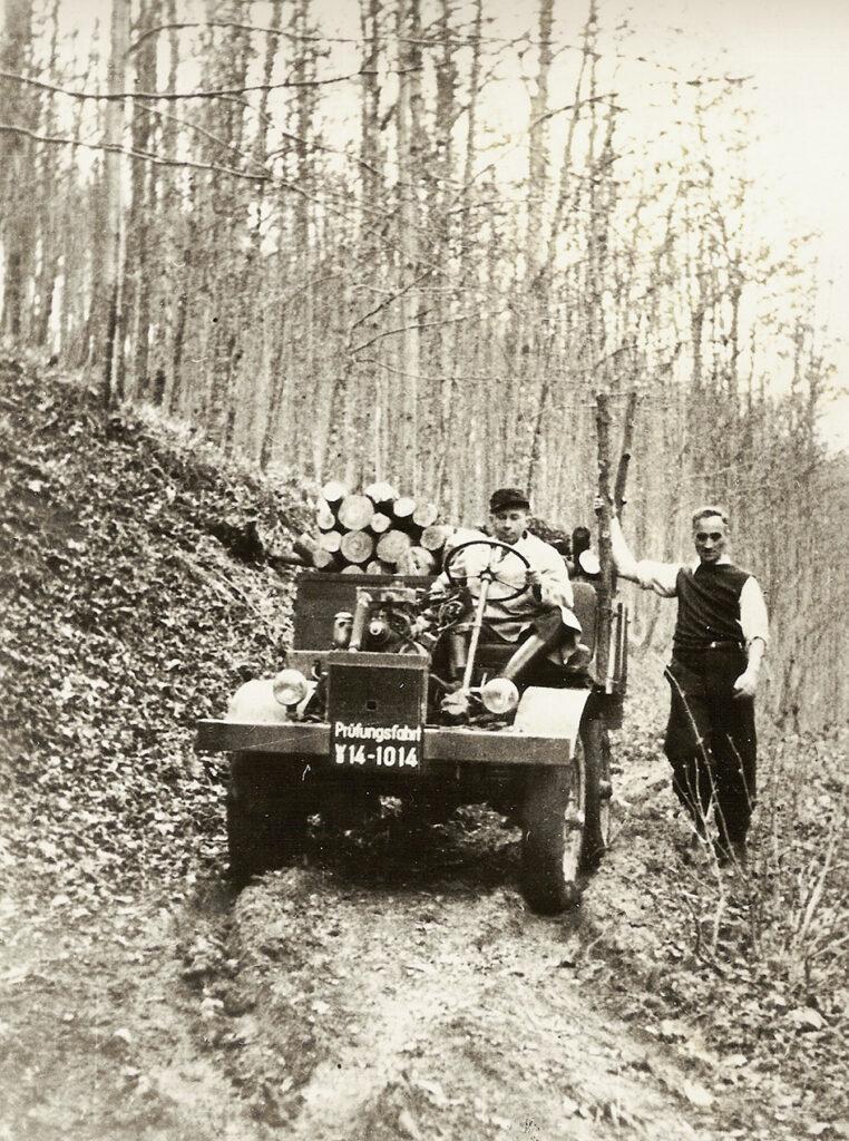 02 Unimogun 9 Ekim 1946daki ilk test surusu. Bas Tasarimci Heinrich Rosler direksiyonda Unimoga adini veren Hans Zabel sagda