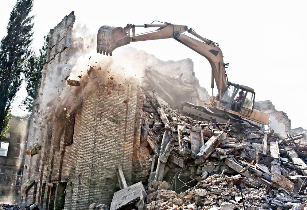 excavator demolishing old building222